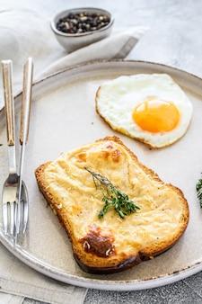 Croque monsieur - традиционный французский жареный сыр и бутерброд с ветчиной и соусом бешамель. вид сверху