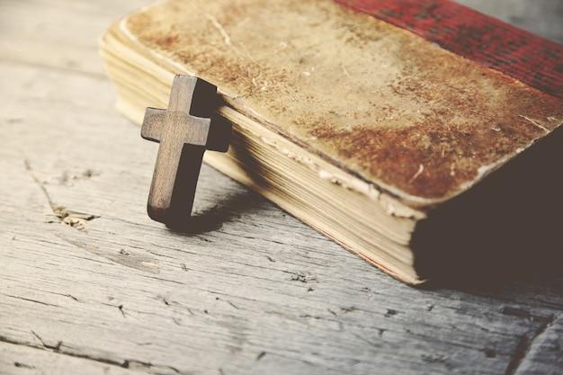십자가와 책