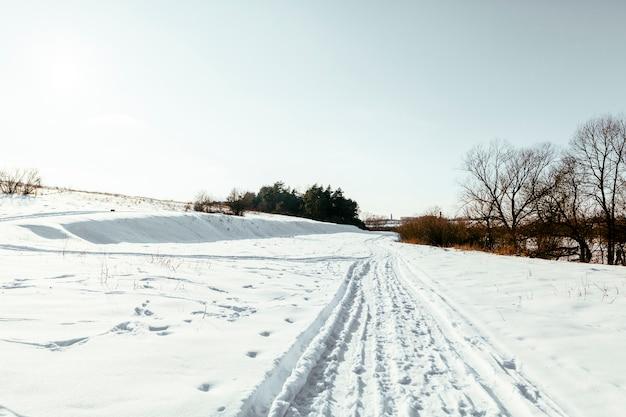 겨울에 눈 덮인 풍경에 크로스 컨트리 스키 트랙