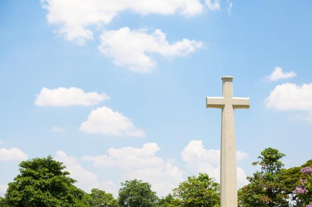 Крест на кладбище Premium Фотографии