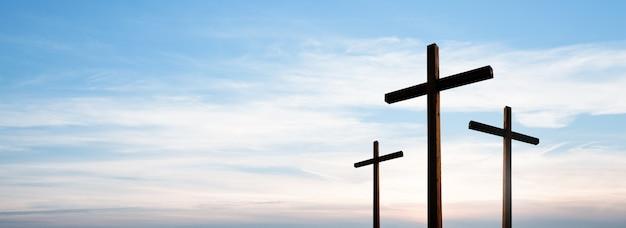구름과 극적인 일출 하늘 파노라마 위에 빈 예수 그리스도의 십자가.