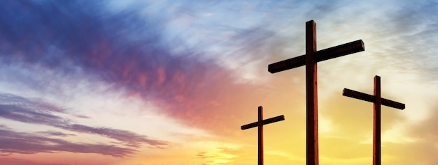 극적인 일출 하늘 위에 빈 예수 그리스도의 십자가