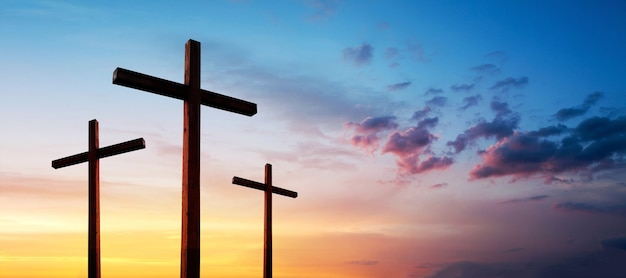 劇的な日の出の空の上に空のイエス・キリストの十字架