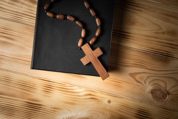 Крест на книге на деревянном столе