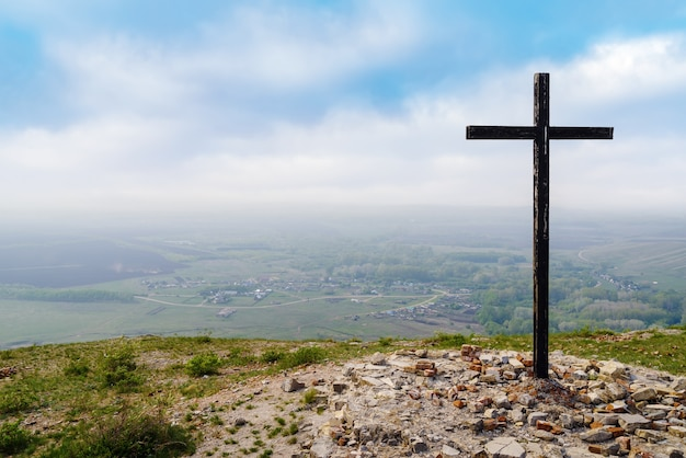 Andreevka 마을 근처 chasovnaya 산 꼭대기에 있는 파괴된 예배당의 십자가
