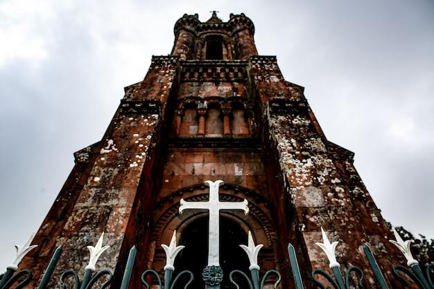 古い教会の入り口の前の柵を渡る