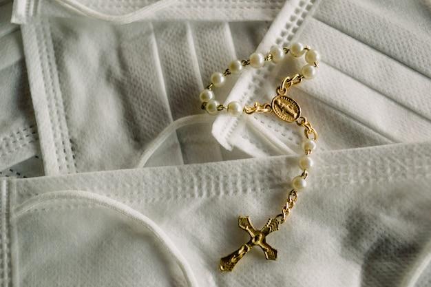 Крест на белых медицинских масках - концепция веры в исцеление от коронавируса