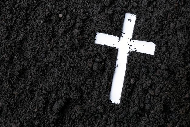 재, 먼지 또는 모래로 만든 십자가 또는 십자가. 재의 수요일. 사순절. 기독교 종교.
