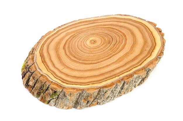 Поперечный разрез среза ствола дерева с волнистым рисунком трещин и колец, спиленных из леса