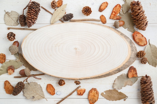 秋スタイルの木製の背景の木の断面。上面図