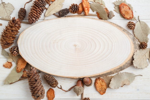 秋スタイルの木製テーブルの上の木の断面。上面図