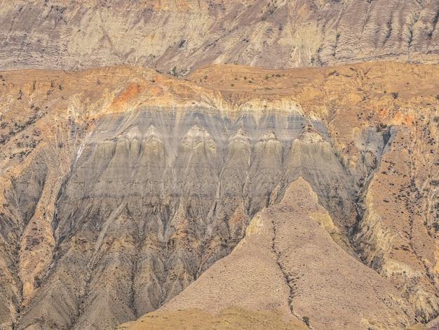 赤い岩の断面図。地層。マウントのセクションにある色付きの石の層、さまざまな岩層、土壌層。