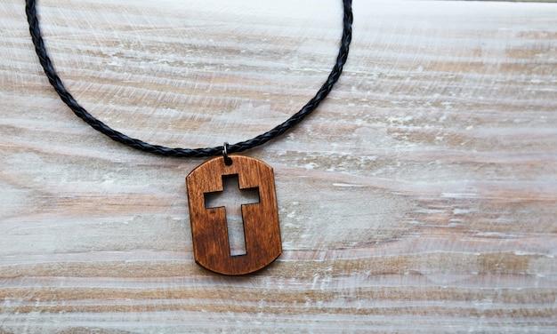 木製の机の上の十字型のペンダント