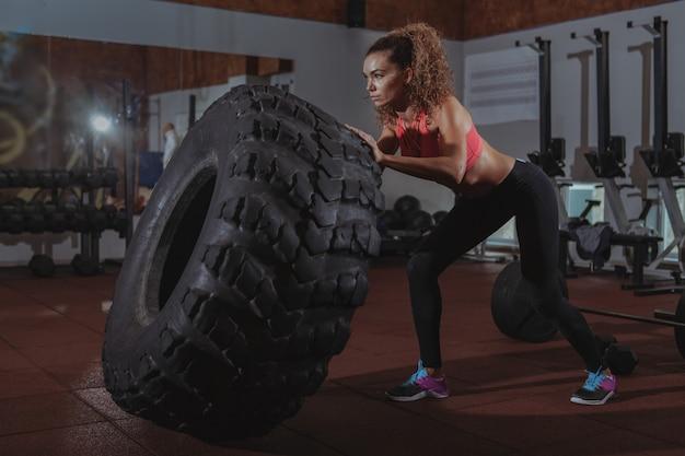美しいフィットcrossfit女性運動