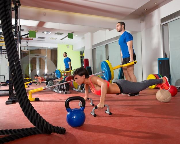 Crossfit женщина отжимания упражнения и поднятие тяжестей мужчина