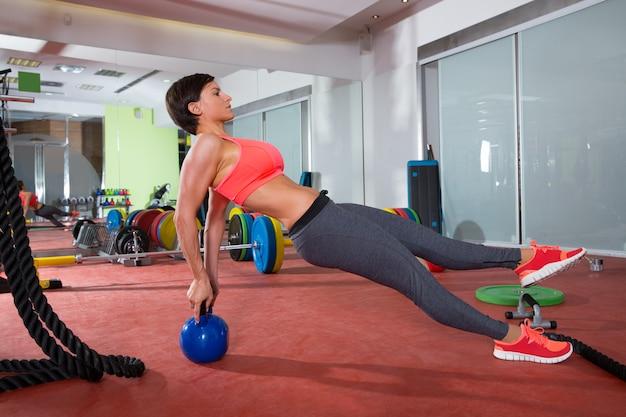 Crossfit фитнес женщина отжимания гири отжимания упражнения