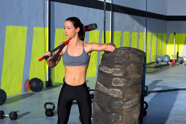 Женщина кувалды crossfit в спортзале ослабила