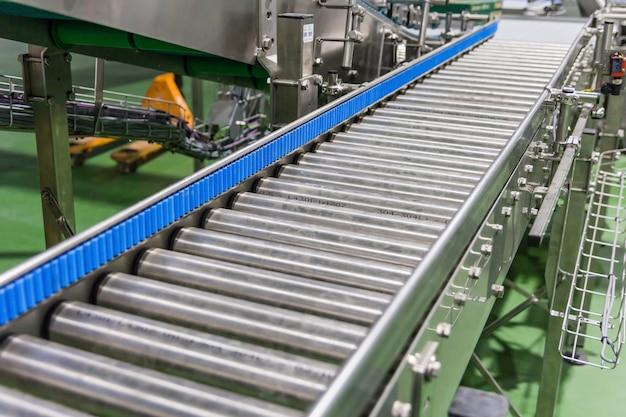 Пересечение роликового конвейера на заводе по производству пищевых продуктов