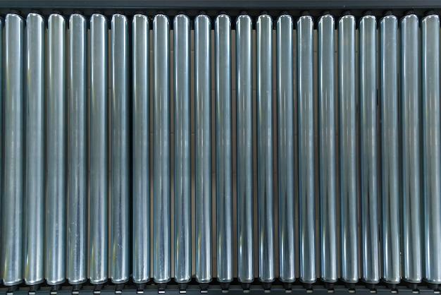 Пересечение роликового конвейера. пересечение роликового конвейера, производственная линия конвейерных объектов роликового транспорта.