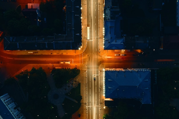 Перекресток в городе с автомобильным движением ночью, эффект размытия