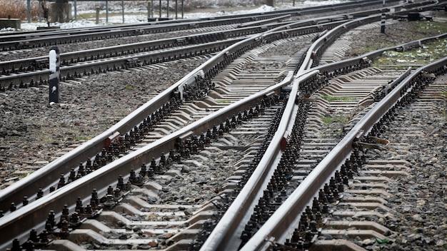 철도 트랙의 교차로. 선택의 개념. 확대