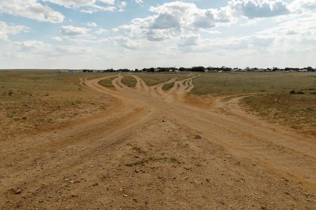 畑の田舎道の交差点