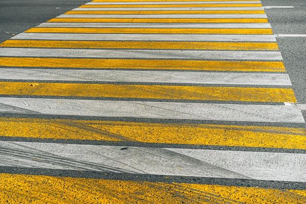 街の通りのアスファルト道路の横断歩道