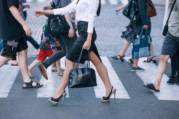 Пешеходный переход городской образ жизни город час пик концепция толпы