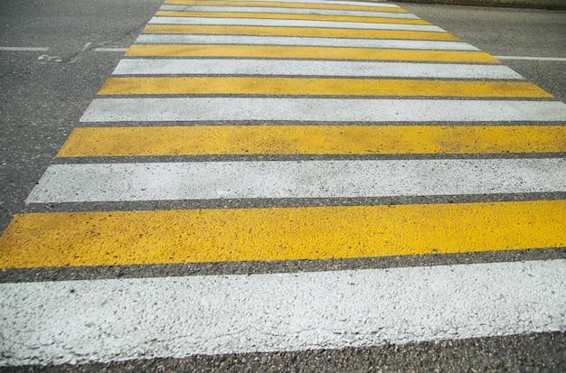 Пешеходный переход «зебра» в городе для безопасности людей, идущих через дорогу.