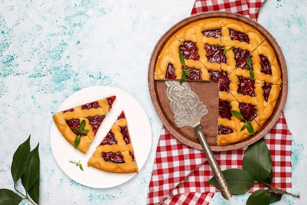 Вкусный традиционный ягодно-вишневый пирог crostata на светлой поверхности