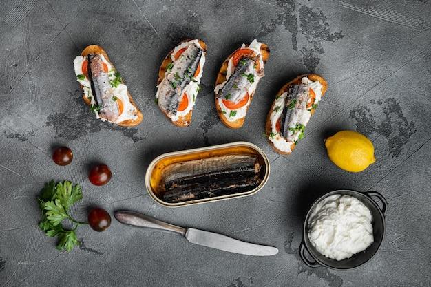 회색 돌 테이블 배경에 생선과 리코타를 곁들인 크로스티니, 평면도