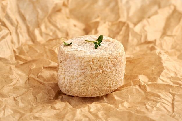 茶色の包装紙にタイムとクロチンチーズの葉。