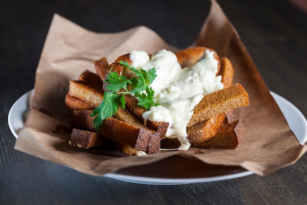 Croutons with creamy garlic sauce