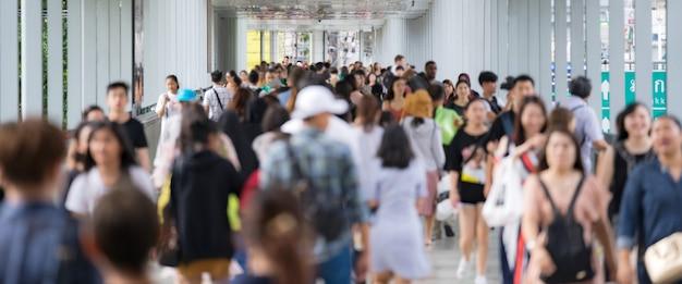 Толпа анонимных людей, идущих по улице города