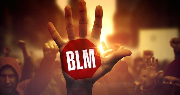 政治的デモに関する多民族の人々の群衆。上げられた手のひらに書かれたblm。 blm-ストライクでレイズドパームを間近に。 blmのための公の抗議と闘争。