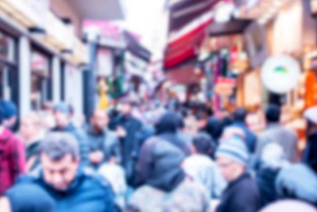 イスタンブール市場の人々の群衆は、ぼやけた画像の焦点をぼかしました