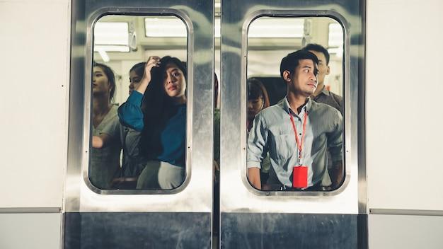 바쁜 붐비는 공공 지하철 열차 여행에 사람들의 군중