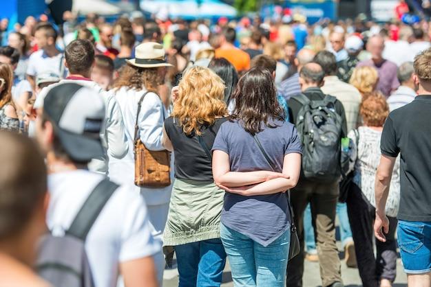 도시 거리를 걷는 사람들의 군중