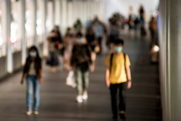 뉴노멀을 걷고 있는 마스크를 쓴 사람들의 군중