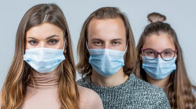 Толпа людей в медицинских масках. концепция эпидемии коронавируса. группа людей в защитной медицинской маске для защиты от вирусных заболеваний. группа людей в защитных масках.