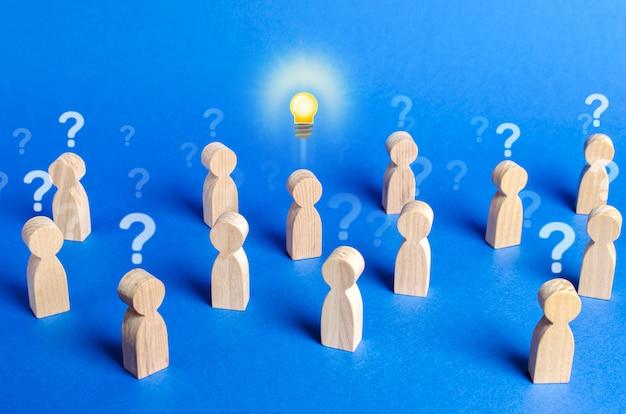 물음표와 아이디어를 가진 사람의 군중. 모든 추측 의심을 물리 치다
