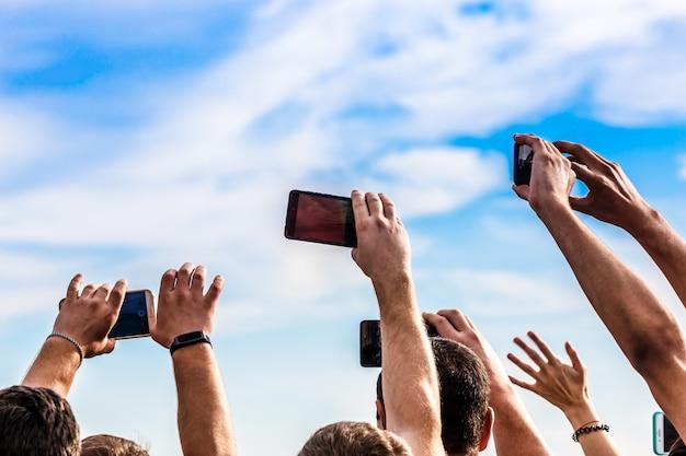 Толпа с телефонами пытается записать живое видео