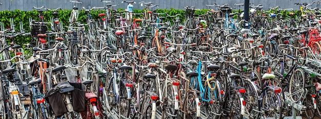オランダの混雑した自転車公園