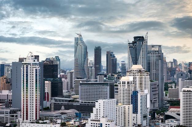 Многолюдный город с высотным зданием в центре города в деловом районе