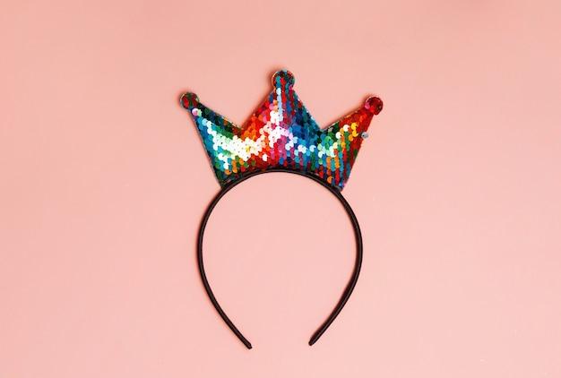 Корона красочная повязка на голову, изолированные на розовом фоне
