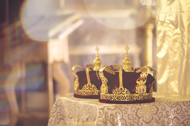 正教会の金の結婚式のための王冠。ヘイズトーニング。