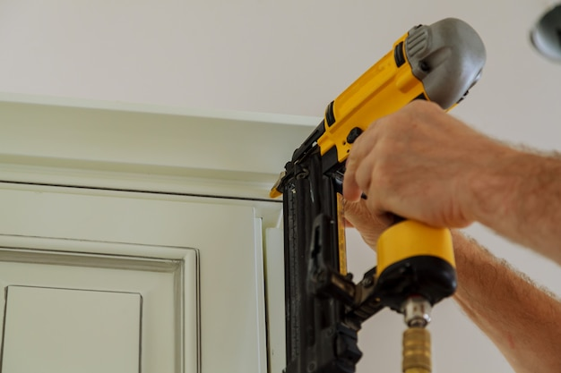 Карпентер брэд с помощью гвоздевого пистолета для crown molding на обшивке кухонных шкафов