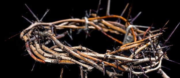 暗闇の中でいばらの冠をクローズアップ。聖週間の概念、イエスの苦しみとはりつけ。