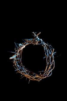 暗闇の中で青い光の色合いのいばらの冠。聖週間の概念、イエスの苦しみとはりつけ。