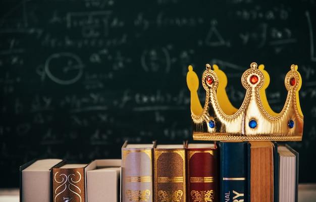 Корона на старой книге старинных фильтруется